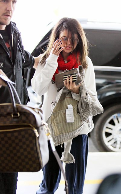 March 13, 2011 Selena Gomez at LAX (09 pics)