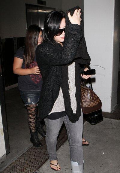 March 14, 2011 Demi Lovato Arriving at LAX . (11 pics)