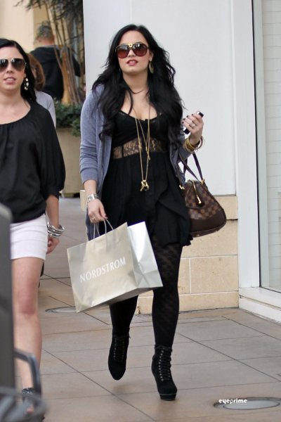 March 16, 2011 Demi Lovato Shopping in Hollywood (13 pics)