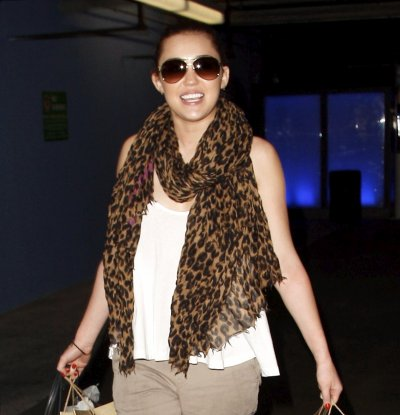 March 18, 2011 Miley Cyrus Shopping in Beverly Hills (10 pics)