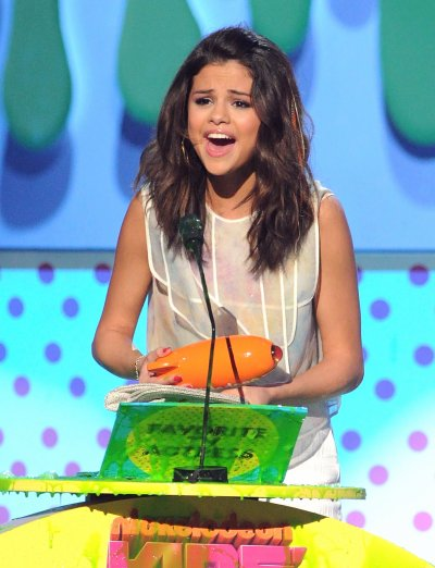 April 02, 2011 Selena Gomez At Kids Choice Awards 49 pics