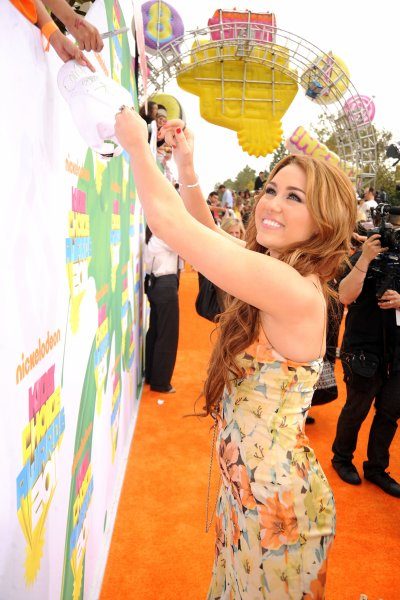 April 02, 2011 Miley Cyrus At Kids Choice Awards 54 pics