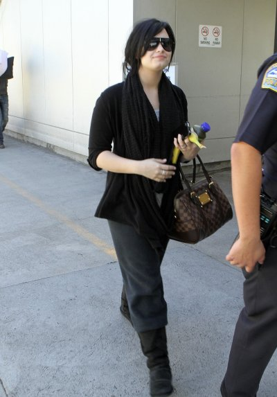 March 31, 2011 Demi Lovato At LAX (17 pics)