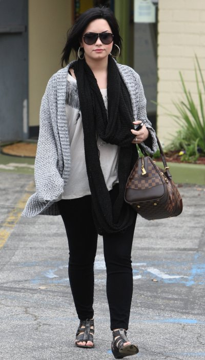 April 06, 2011 Demi Lovato at Studio City 20 pics