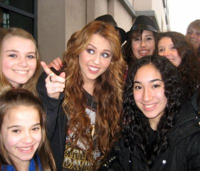 April 08, 2011 Miley Cyrus with Fans in Chicago (3 Pics)