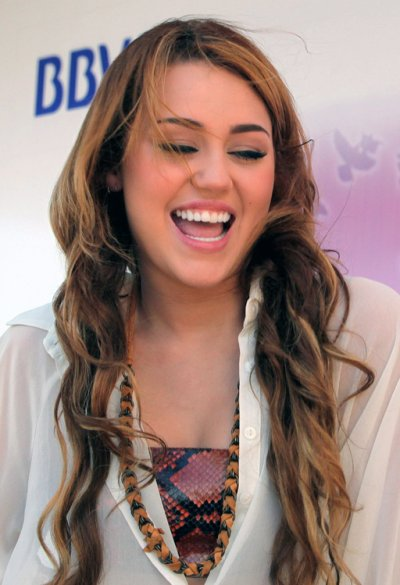 May 10, 2011 Miley Cyrus Press Conference In Paraguay (5 pics)