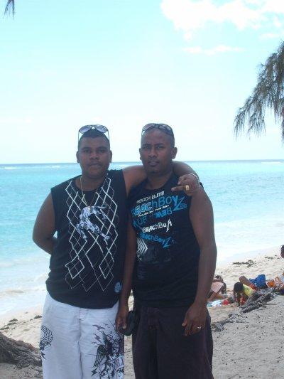 Moiii et mon poto Daren a la playa flic en flac jouant les beach boys... les bagues colliers sont fausses je vs assure lolll...c du toc pas de lorrr.... mdr!!!!