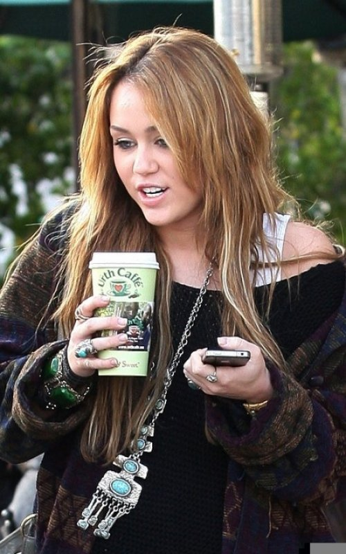 Miley Cyrus At Urth Cafe in West Hollywood,le 30 décembre