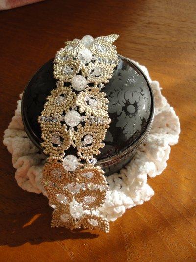 un bracelet sans son fermoir que j'avais hâte de vous montrer...c'est BRACCIALE GHIACCIO E BRINA création de Eliana MANIERO