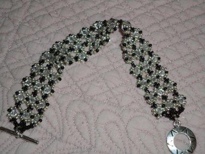 j'ai eu un coup de coeur pour cette création de SEREINE, le bracelet SULA,que j'ai réalisé avec des toupies crystal silver shade et des rocailles argentées et noires, pour cet automne