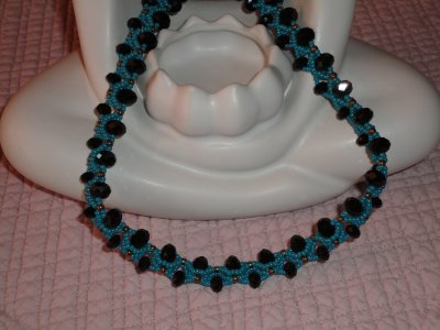 un ECRO de PENCIO, même si le forum ILE AUX PERLES, n'est plus actif, son administratrice nous fait toujours autant de sublime création...le voici en perles ronds aplaties jet et rocailles bleues et dorées...t
