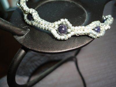 maintenant mes premières réalisations de 2012...un premier bracelet le PALAWAN...très agréable à faire en plaqué argent et pierres du soleil bleues