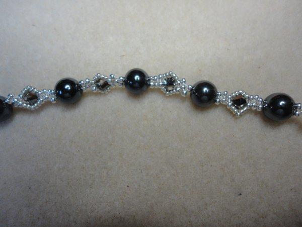 je l'ai offert à mon amie Patricia, pour son anniversaire hier, je peux donc vous le montrer, un bracelet MINGLES, merci à sa créatrice TRY TO BE, pour cette superbe création.(hématite et argent)