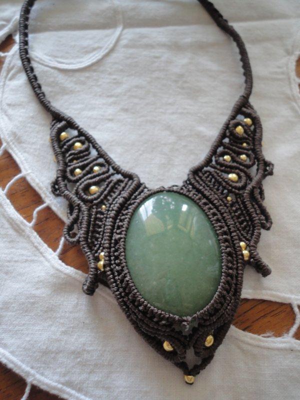 j'ai joué et j'ai gagné....c'est la première fois...un superbe collier en macramé....merci à sa créatrice SVATANTRATA...voici le lien pour son blog http://svatantrata.karma-kusala.com