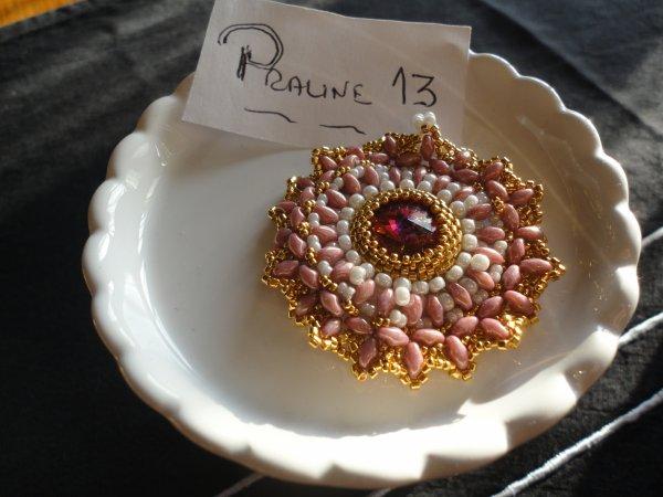 Un pendentif, d'une perleuse hongroise, commencé lors d'une réunion de perleuses....je n'avais pas de pendentif rose...c'e