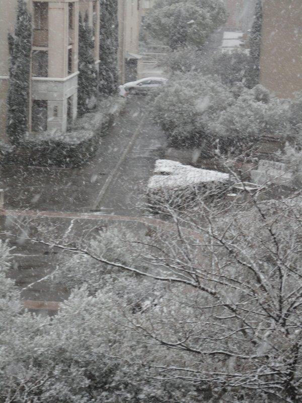 Il a neigé ce matin, pendant deux bonnes heures, dans les Bouches du Rhône, voici quelques photos...malheureusement, la neige n'a pas tenu longtemps...