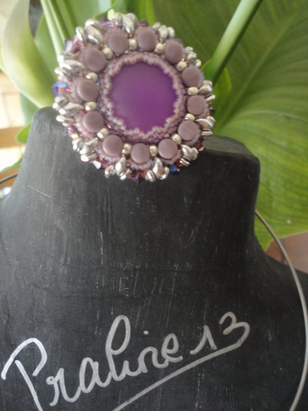 j'ai eu un week end entre perleuses très productif : un collier EKAI(couleur corail), une bague PELLA (il me manque le tour de doigt) et un pendentif O-LUNA -LACE. j'ai utilisé de nouveaux cabochons, et j'ai adoré les utiliser...