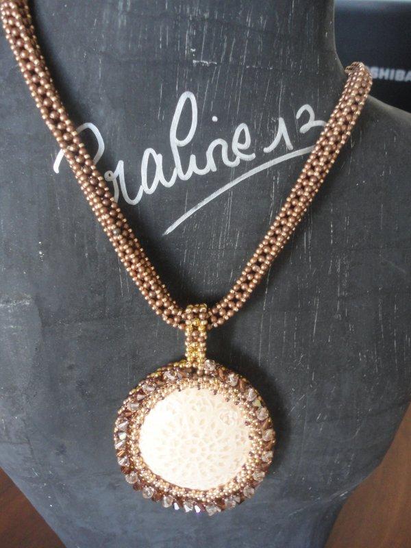 Je peux vous montrer mon collier en RAW 3D avec un cabochon de Valauris, réalisé il y a quelques, que j'ai présenté à un concours....