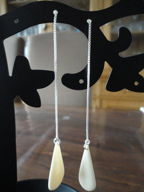 je reste dans les bijoux très simples et épurés....boucles d'oreilles avec pétales en ivoire et argent....