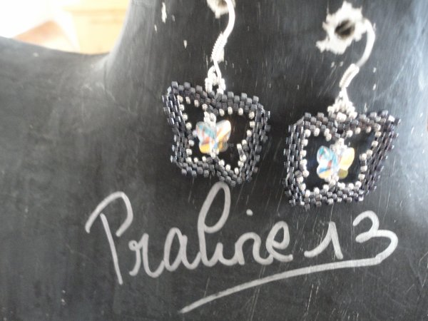 une paire de boucles d'oreilles papillon, inspirées d'une créatrice italienne