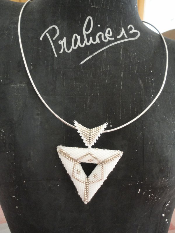 cela faisait longtemps que je voulais réaliser ce magnifique triangle en 3d reversible. le voici en blanc et argent