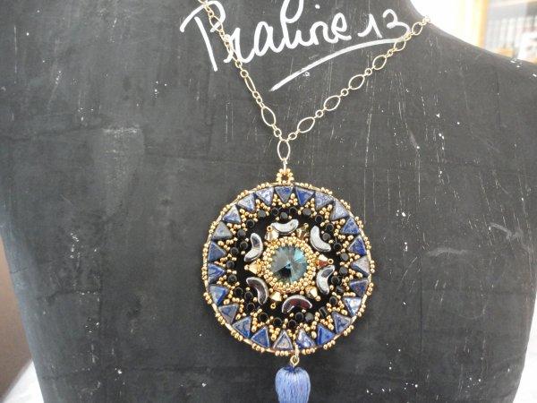 un pendentif Jian avec khéops de PUCA réalisé en bleu avec un superbe pompon