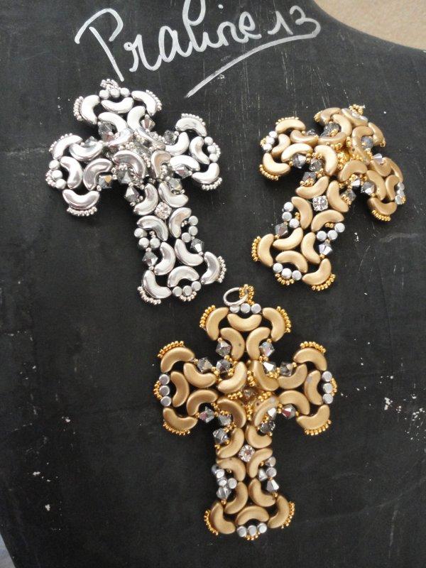 et enfin une superbe croix de Bead By Bead, perleuse italienne, réalisée en labrador et en gold mat...deux vont partir au cou d'amies...