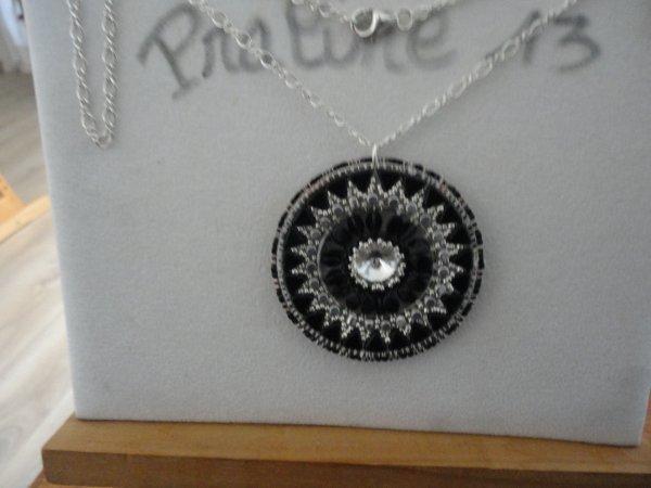 j'ai vraiment eu un coup de coeur pour ce pendentif de PUCA, le Jian avec des pinchs, réalisé en argent et noir