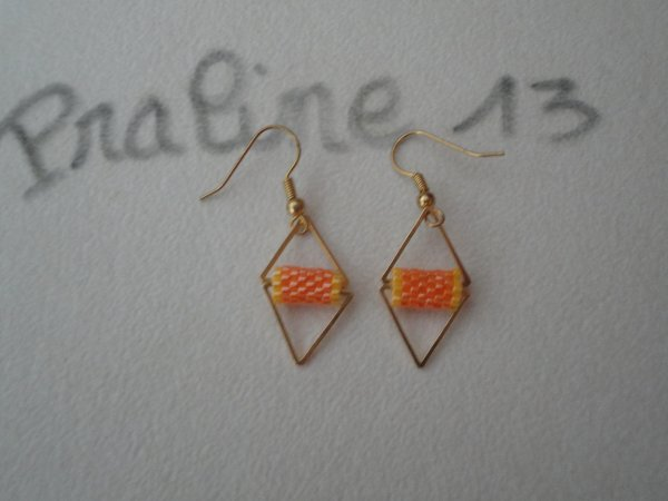 Une petite paire de boucles d'oreilles inspirée de la toile, en peyote