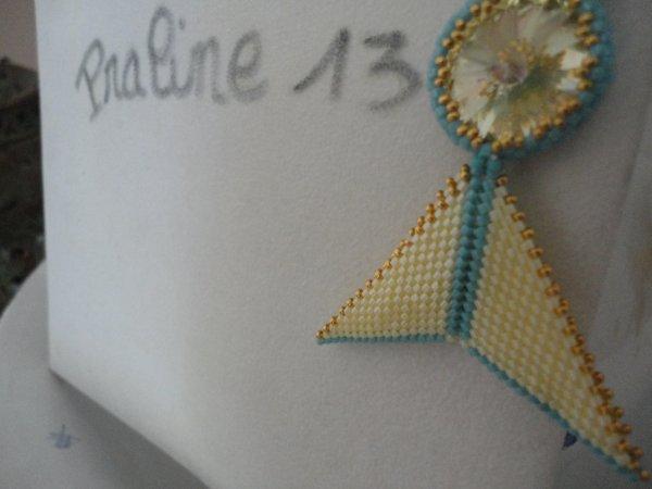 un pendentif inspiré de la toile, en peyote jaune et bleu...