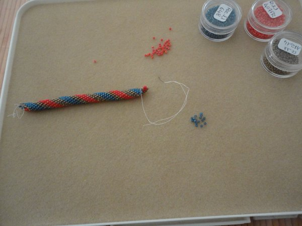 Enfin voici une spirale aux aiguilles, en cours. Je pense que ce sera un bracelet....