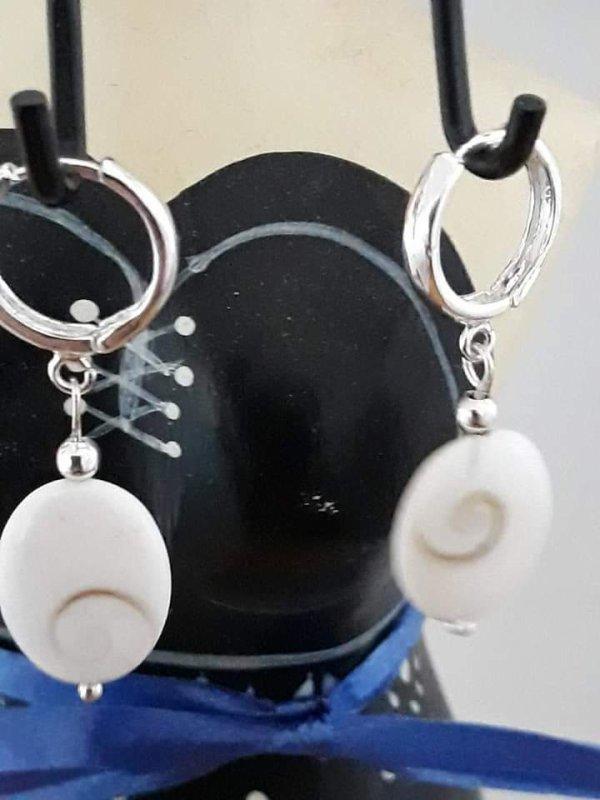 Je suis une fan de boucles d'oreilles..Voici mes deux dernières...Une avec des perles de Murano montée sur créoles en plaqué or et breloques dauphins en or ....et l'autre de perles plates Oeil de Sainte Lucie montée sur des créoles en argent 925