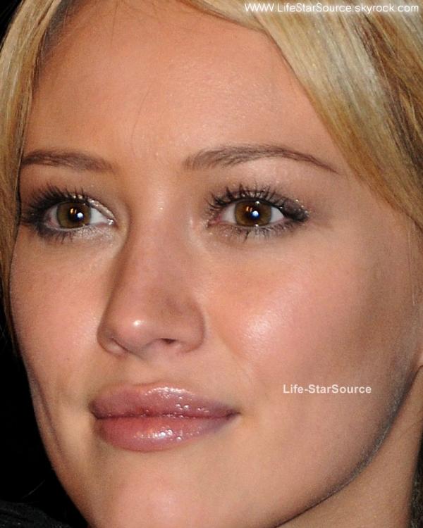 Voici Hil' qui n'a pas besoin de 3 couches de fond de teint ni 3 tonnes de make-up et c'est ce que j'aime chez elle, ca fait du bien de voir que certaine fille n'abusent pas sur leur maquillage et savent rester naturelle.    Qu'il est bon de voir qu'il n'y a pas que des filles superficielles dans notre bas monde.    Aller Ashley, Vanessa et autre Miley suivez l'exemple d'Hilary.