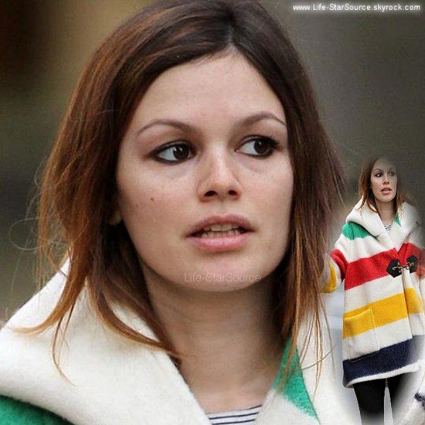 """Voila Rachel qui se promenait avec Hayden, j'aime bien comment elle s'était maquillée avec du crayon et du mascara, c'est simple et jolie.    Par contre ce jour la elle nous a fait une grande Daube avec sa veste qui ressemble a un sapin, je sais pas comment elle a fait pour l'avoir acheté et oser le mettre dehors.    Alors Rach' , il faisait si froid pour sortir avec cette """"chose"""" immonde??"""