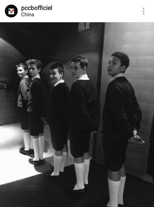 Les Petits Chanteurs à la Croix de Bois -  Près pour l'entrée lors du concert du 22 Novembre à Qingdao au Grand Théâtre en Chine