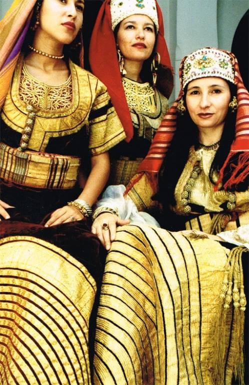 Des jeunes femmes de Tanger en costume de cérémonie en 1980.