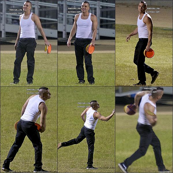 14 avril 2011 ~ Mark profitant pour s'amuser en jouant au frisbee entre deux scènes sur le set de Glee. + voici une vidéo des garçons du cast de Glee en train de jouer au basket-ball sur le tournage de la série. Hum ... qu'en dites vous ?!