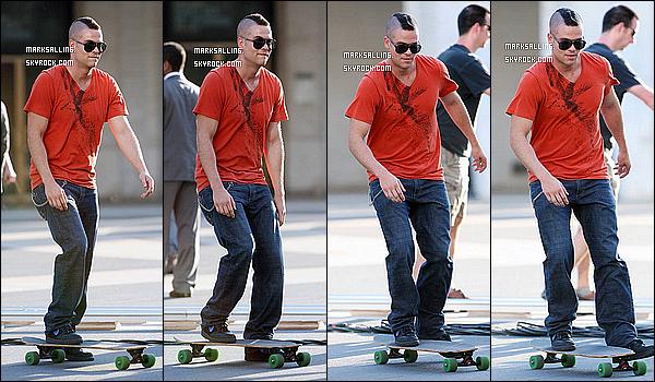 26 avril 2011 ~ Mark et ses co-stars sur le set de Glee à NY. Toujours vêtu avec les mêmes vêtements..