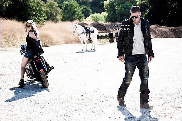 NEW ~ En 2010, Mark avait fait un shoot réalisé par le photographe Nick Koudis afin de promouvoir son album. D'autres photos sont apparus. Ci-dessous retrouve le shoot en entier. Tu aimes ?