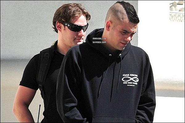 19 mai 2011 ~ Mark en mode sweat se promenant à Las Vegas. il n'avait pas l'air dans son assiette..
