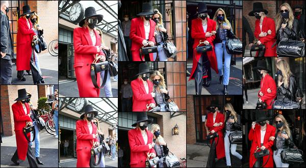 02.10.2020 :  Miley Ray Cyrus a été vue avec sa mère Tish quittant son hôtel qui est situé dans  ▬ New York  Une fois de plus Miley arbore un look chic avec un long manteau rouge personnellement j'adore ! Je lui accorde un top