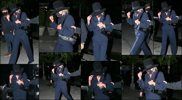 01.10.2020 :  Miley Ray Cyrus a été vue retournant à son hôtel qui est situé à Bowery dans ▬ New York city.  Il semblerait que Miley n'avait pas très envie qu'on la voit car elle se cachait ! J'aime beaucoup sa tenue qui est classe !