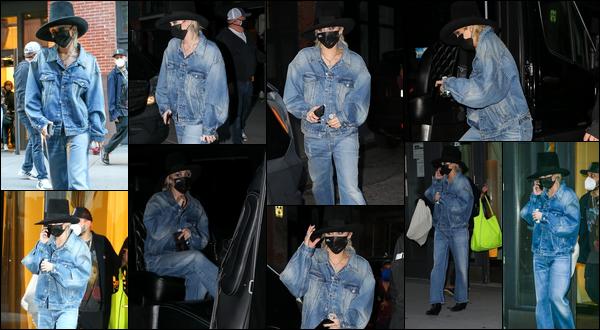 02.10.2020 :  Miley Ray Cyrus a été photographiée quittant un building situé dans la ville de ▬ New York City  Il y a comme un air de déjà vu concernant sa tenue (voir sortie du 30/09/2020) néanmoins cela lui va bien c'est un top