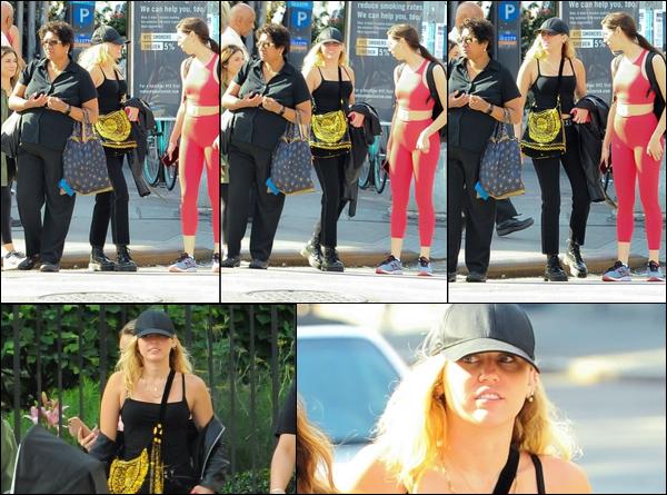 26.06.2018 : Miley Cyrus  a été aperçue sortant d'un cours de gym à New York  , puis avec des amis