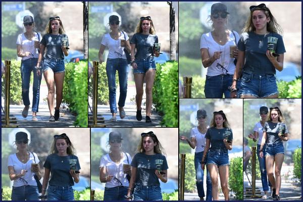 30.07.2018 : Miley Cyrus a été aperçue en train de déjeuner avec sa mère Tish dans la ville de Los Angeles