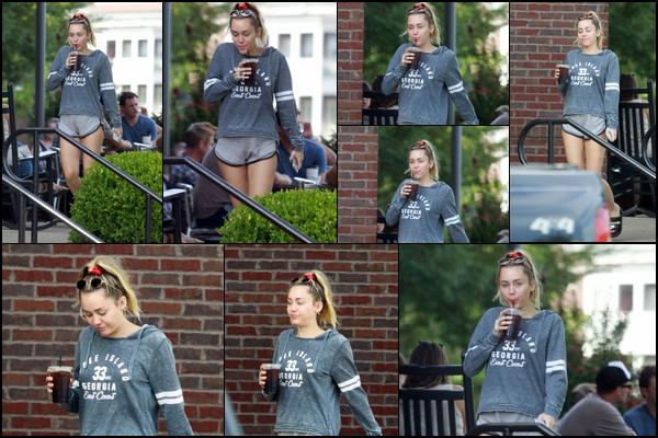31.08.2018 : Miley Cyrus à de nouveau été aperçue café à la main dans la ville de Nashville , elle semble fatiguée