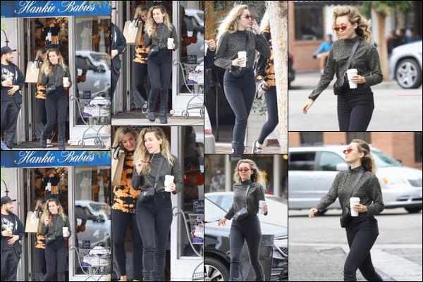 13.10.2018 : Miley Cyrus a été vu se rendant dans un magasin de vêtements pour bébés àStudio City  Malheureusement Miley n'est pas enceinte de son fiancé Liam Hemsworth ! il s'agissait juste d'une simple virée entre amis !