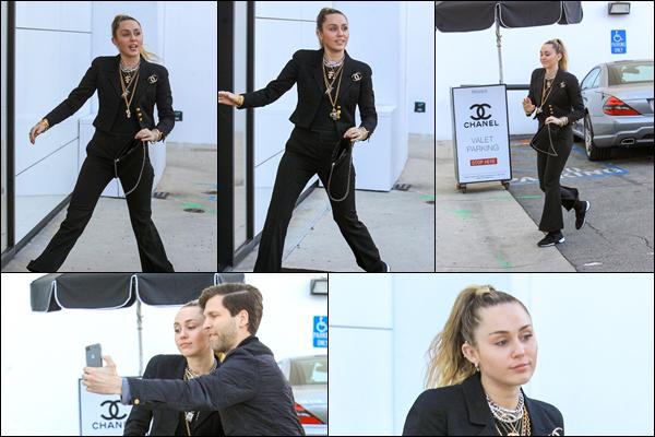 22.02.2019 :Miley Cyrus ,souriante a été aperçue au Chanel Store qui est situé dans la ville de Los Angeles   Une nouvelle sortie de Miley qui s'est rendue au magasin Chanel dans une tenue plutôt sombre ! c'est un top pour moi