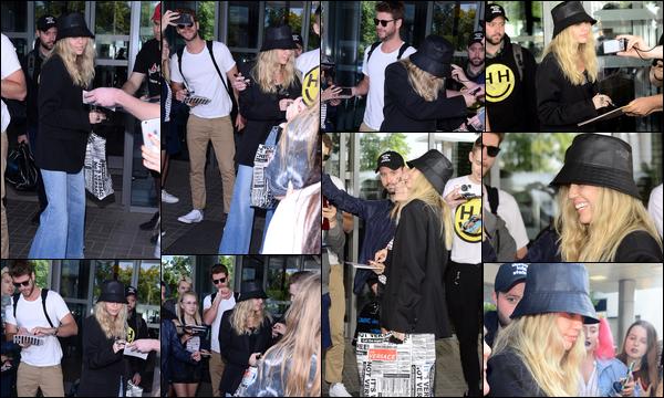 31.05.2019 :  Miley Cyrus a été photographiée arrivant à l'aéroport de la ville de Varsovie située en Pologne    C'est avec son mari Liam Hemsworth que la belle Miley Cyrus a posé ses valises en Pologne pour la promo de son album