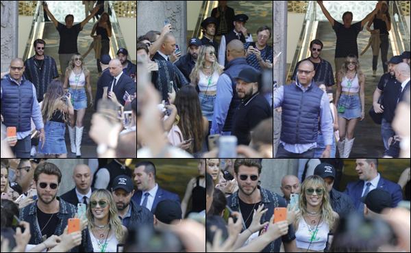 31.05.2019 :  Miley Cyrus a été photographiée quittant l'hôtel « Mandarin Oriental » qui est situé en Espagne   Miley Cyrus était accompagnée de son mari Liam Hemsworth et ont rencontrés leurs fans dans la ville de Barcelone !
